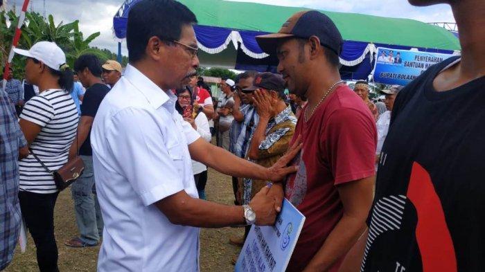 Bupati Sehan Landjar Serahkan Bantuan Kepada Kelompok Nelayan