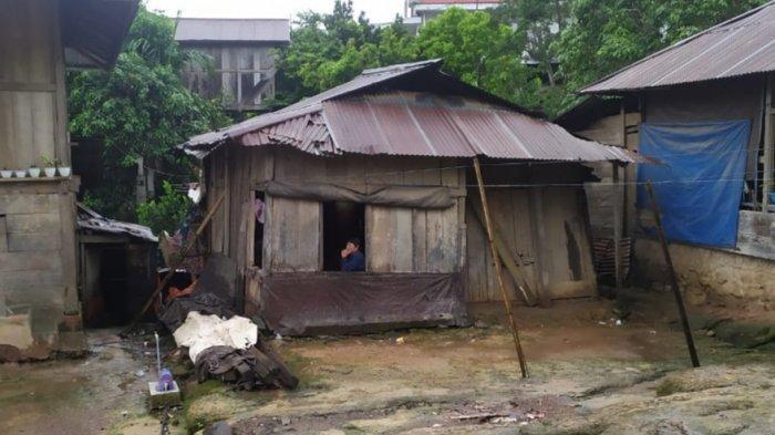 Rumah Opa Frits Mangimbulur di Desa Karor, Kecamatan Lembean Timur, Minahasa, yang sudah reyot.