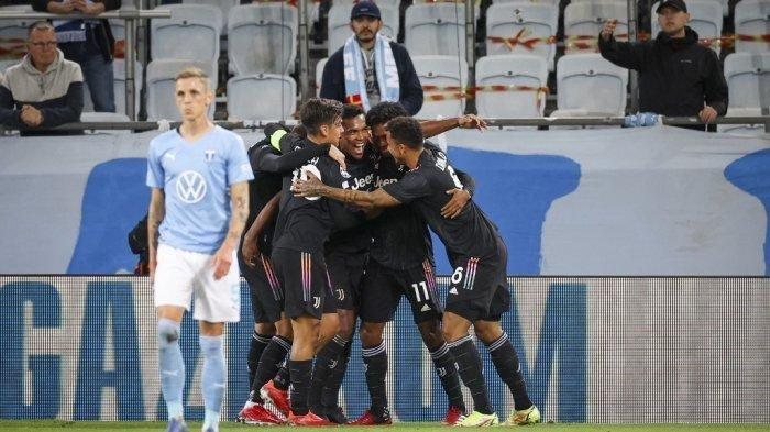 Bek Juventus asal Brasil Alex Sandro (tengah) merayakan mencetak gol pembuka dengan rekan satu timnya selama pertandingan sepak bola grup H Liga Champions Malmo FF vs Juventus F.C. di Malmo, Swedia pada 14 September 2021.