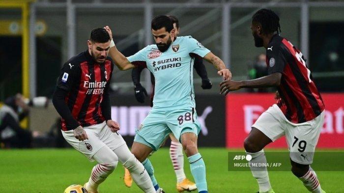 Bek Prancis AC Milan Theo Hernandez (Kiri) memperebutkan bola dengan gelandang Venezuela dari Torino Tomas Rincon selama pertandingan sepak bola Serie A Italia antara AC Milan dan Torino pada 9 Januari 2021 di stadion San Siro di Milan.