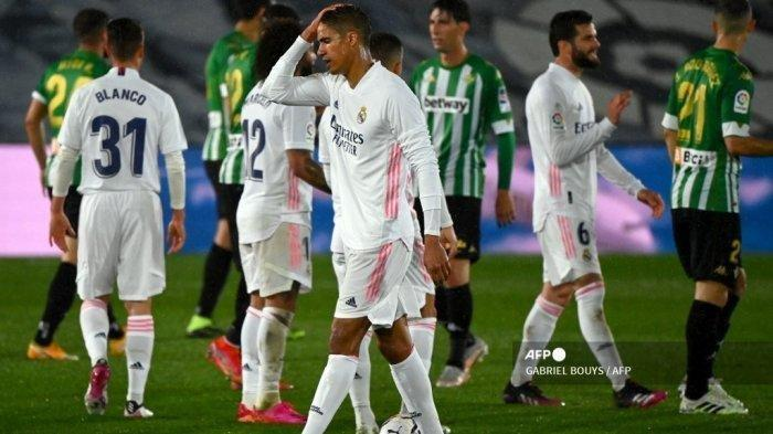 Bek Prancis Real Madrid Raphael Varane menyentuh kepalanya di akhir pertandingan sepak bola Liga Spanyol antara Real Madrid CF dan Real Betis di stadion Alfredo di Stefano di Valdebebas, di pinggiran Madrid, pada 24 April 2021.