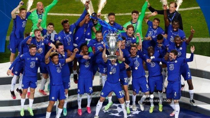 Bek Spanyol Chelsea Cesar Azpilicueta (tengah) merayakan dengan trofi setelah memenangkan pertandingan final Liga Champions UEFA di stadion Dragao di Porto pada 29 Mei 2021.