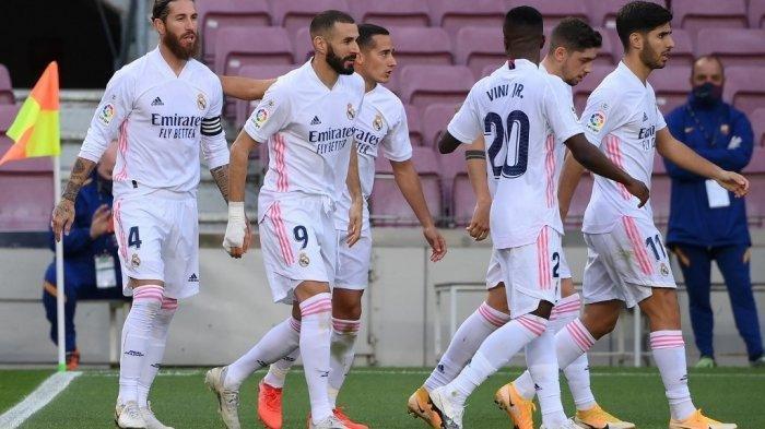 Bek Spanyol Real Madrid Sergio Ramos (Kiri) melakukan selebrasi bersama rekan satu timnya setelah mencetak gol penalti dalam pertandingan sepak bola Liga Spanyol antara Barcelona dan Real Madrid di stadion Camp Nou di Barcelona pada 24 Oktober 2020.
