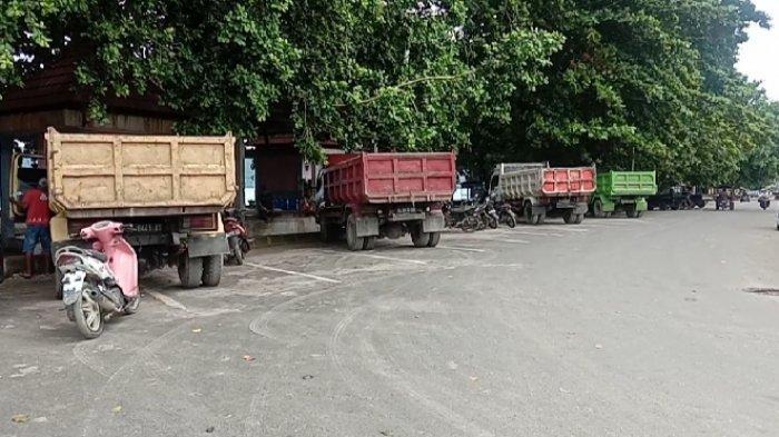 Belasan mobil truk yang melayani transportasi antar kepulauan Manado - Talaud nampak menumpuk di Pelabuhan Melonguane.