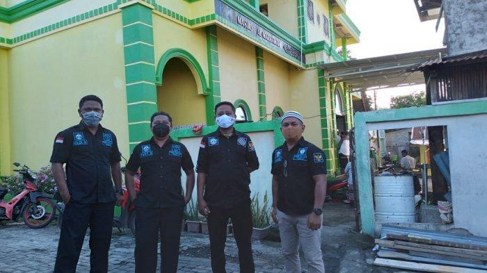 belasan Panji Yosua melakukan penjagaan keamanan di halaman Mesjid AL Marhamah.