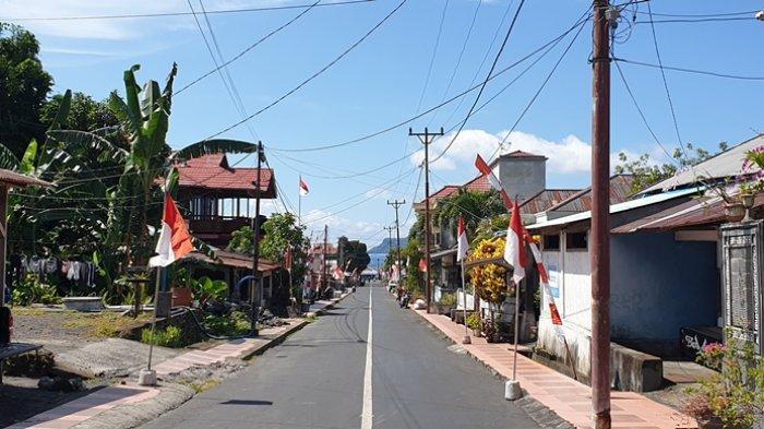 Jelang HUT Kemerdekaan RI, Sejumlah Warga Kabupaten Sitaro Mulai Pasang Bendera di Depan Rumah