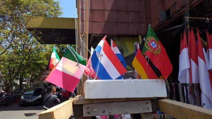 Akibat Pandemi Covid-19, Penjualan Bendera Jelang Euro 2020 di Kawasan Niaga 45 Manado Menurun