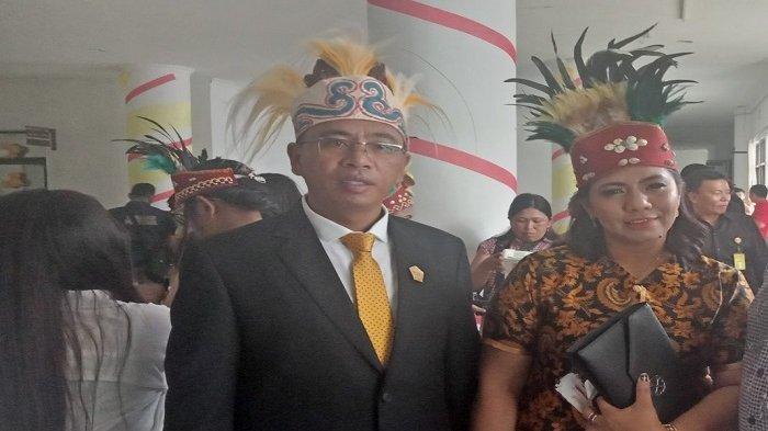 Dukung Papua, Legislator Benny Marentek Kenakan Mahkota Cendrawasih