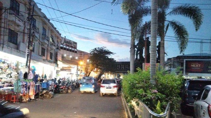 Foto ini adalah bekas wilayah Benteng Nieuw Amaterdam di Kota Manado. Dulu tempat tinggal Pangeran Diponegoro selama berada di Manado (1830 - 1833). Wilayah itu ada saat ini ada di antara Pasar Swalayan Jumbo dan Taman Kesatuan Bangsa . Di tempat itu Diponegoro menulis riwayat hidupnya yang diakui PBB sebagai karya sastra bertaraf internasional. Benteng itu hancur karena dibom angkatan udara Amerika Serikat 7 Desember 1944