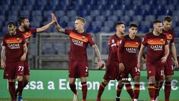 Gelandang Italia Roma Bryan Christante (2ndL) merayakan dengan bek Roma dari Belanda Rick Karsdorp setelah mencetak gol penyeimbang selama pertandingan sepak bola Serie A Italia AS Roma vs Atalanta Bergamo pada 22 April 2021 di stadion Olimpiade di Roma.