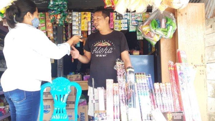 bersama penjual petasan Dat Ligawa di Kecamatan Kotabunan, Jumat (18/12/2020).