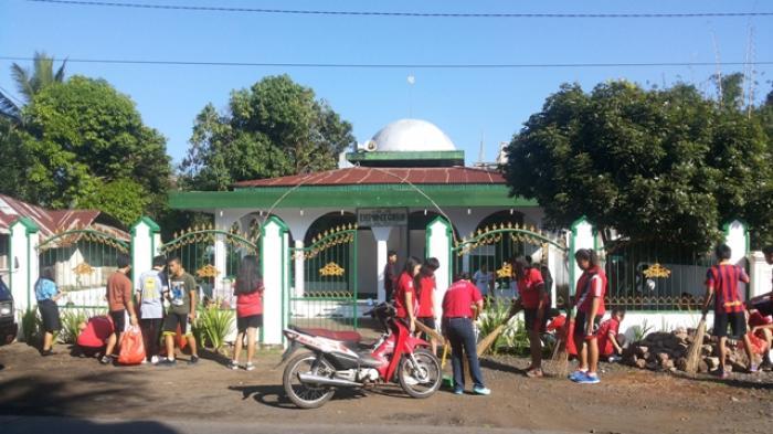 ratusan siswa smk negeri 3 tondano minahasa gerlar kerjabakti bersihkan masjid diponegoro di kampung jawa tondano