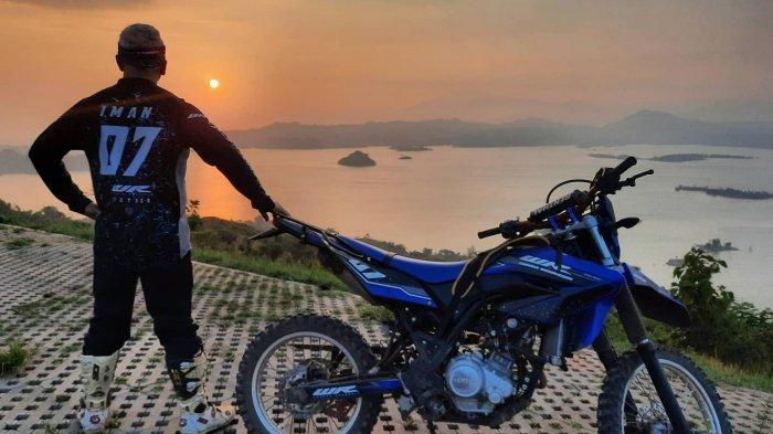 Tuntaskan Penasaran, Biker Ini Asyik Terabasan Sampai ke Trek Wisata