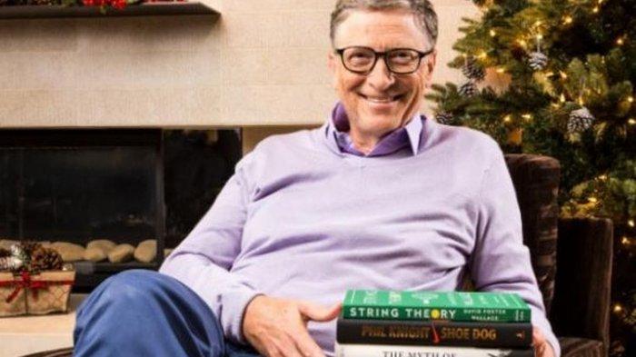 Bill Gates bersama daftar 5 buku terbaik yang ia baca.