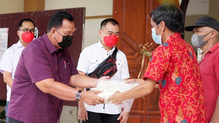BM-OD Serahkan Paket Bantuan untuk Lansia di Kamangta Minahasa