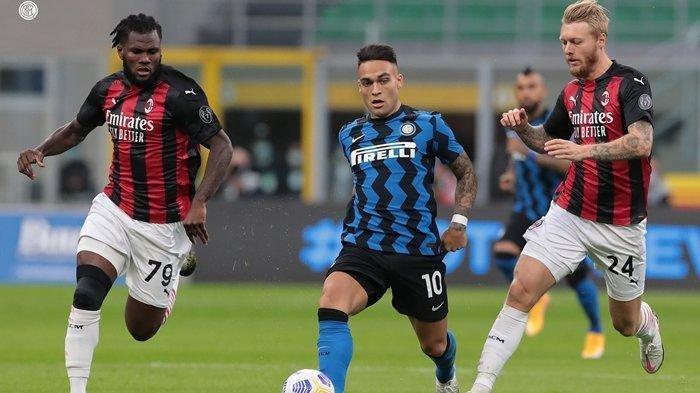 Bomber Inter Milan, Lautaro Martinez diapit dua pemain AC Milan.