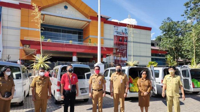 Branch Manager Alfamart Yosia Andika Pakiding menyerahkan bantuan sosial Alfamart untuk warga terdampak Covid-19 kepada Bupati Minut, Joune Ganda dan Wakil Bupati Minut Kevin William Lotulung di kantor bupati, Dengan (26/07/2021).