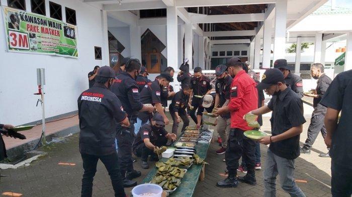 Organisasi Kemasyarakatan Brigade Manguni turun langsung di 10 titik pelaksanaan Salat Id di wilayah Kabupaten Minahasa, Provinsi Sulawesi Utara.