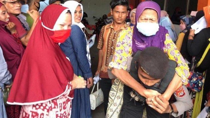 Viral Polisi Gendong Lansia Saat Antre BLT, Bripda Agus Sigap Bopong Nenek yang Menderita Lumpuh Itu