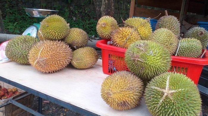 Buah durian dan rambutan yang dijual di ring road, Manado, Sulawesi Utara, Kamis (22/7/2021).