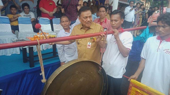Gubernur Olly Buka Cap Go Meh, Pukul Gong Bersama Wali Kota Manado Vicky Lumentut