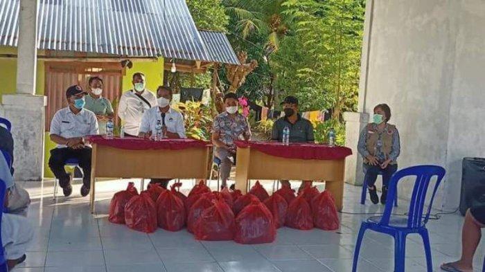 Bupati Boltim Serahkan Bantuan kepada Warga Jiko dan Jiko Utara yang Terdampak Banjir
