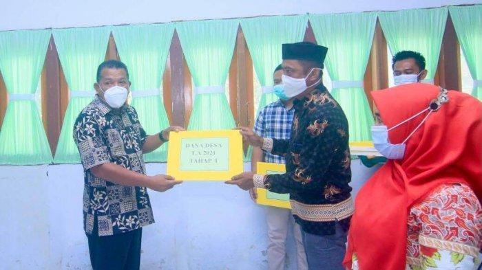 Pemkab Bolmut Serahkan ADD dan BLT Dandes Tahap I di 13 Desa