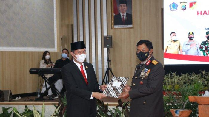 Bupati Bolsel Iskandar Kamaru Terima Penghargaan dari Polda Sulut di Momentum HUT ke-75 Bhayangkara