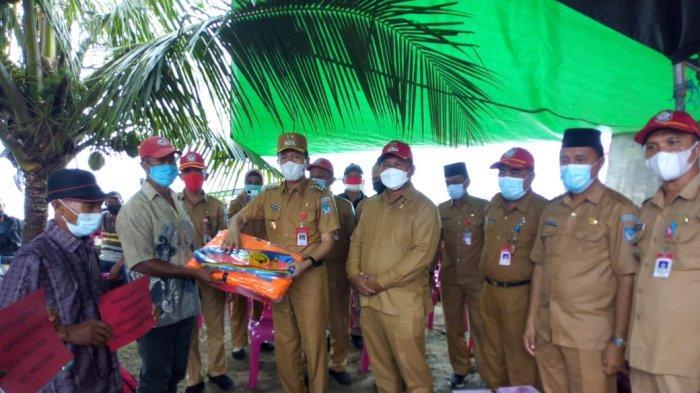 Bupati Iskandar Kamaru Serahkan Langsung Bantuan untuk Para Nelayan di Bolsel