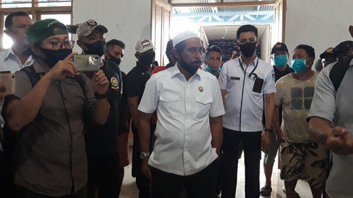 Bupati Boltim Sehan Salim Landjar saat memantau gudang penyimpanan sembako di BPU Tutuyan.