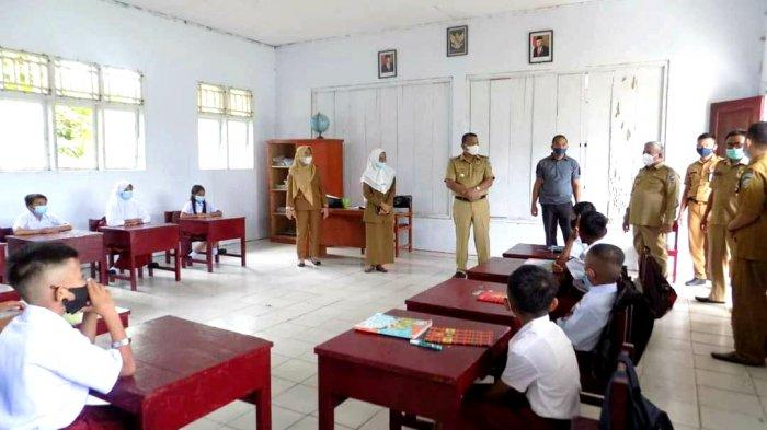Bupati Depri Pontoh bersama Wabup Amin Lasena meninjau secara langsung proses PTM di sejumlah sekolah di Bolmut.