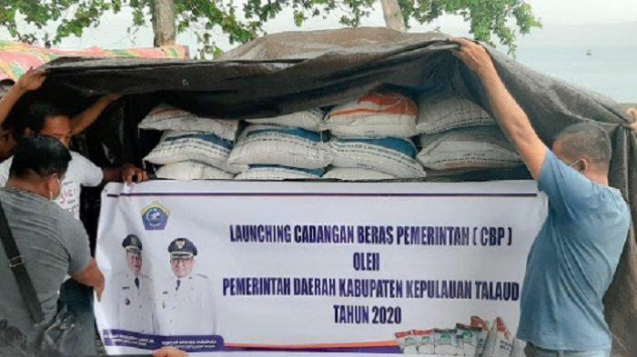 Bupati Elly Mantap Salurkan Beras 100 Ton, Respon Dampak Ekonomi Covid-19