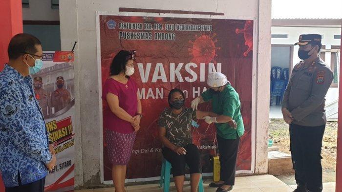 Bupati Evanglian Sasingen bersama rombongan saat meninjau langsung kegiatan vaksinasi massal