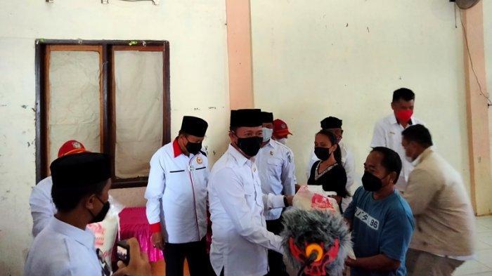 Bupati Iskandar Kamaru memberikan BST kepada keluarga penerima manfaat (KPM).