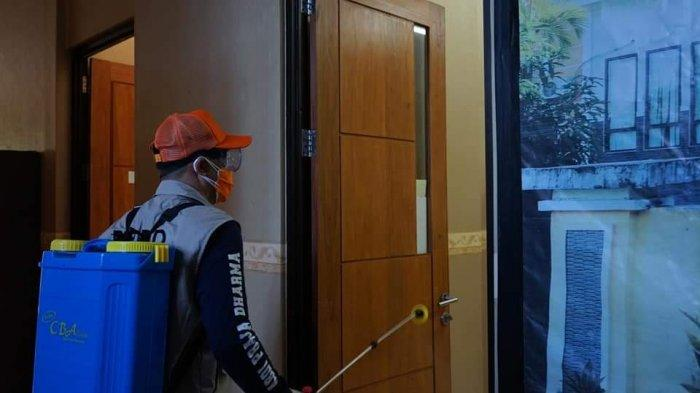 Bupati Joune Ganda secara langsung dengan memikul alat sprayer melakukan penyemprotan desinfektan di tempat-tempat pelayanan umum, Sabtu 31 Juli 2021.
