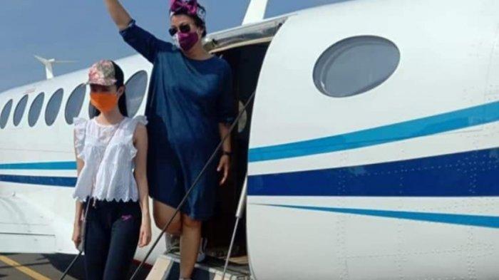 Bupati Kabupaten Kepulauan Sitaro Evangelian Sasingen saat melihat langsung pendaratan pesawat King Air 350i