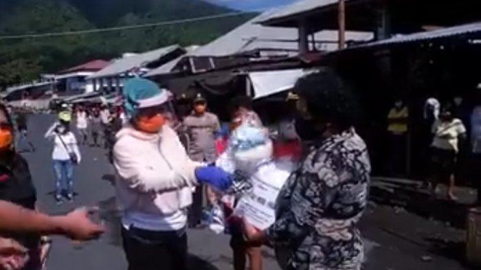 Bupati Sitaro Bagikan Bantuan Sembako pada 250 Pedagang di Pasar Ampera