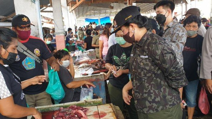 Blusukan di Pasar Ulu Sitaro, Bupati Evangelian Sasingen Borong Dagangan Penjual Ikan