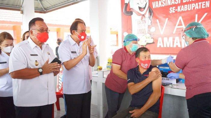 Bupati Royke Roring Pantau Langsung Vaksinasi Kepada Puluhan Pedagang Pasar Tondano