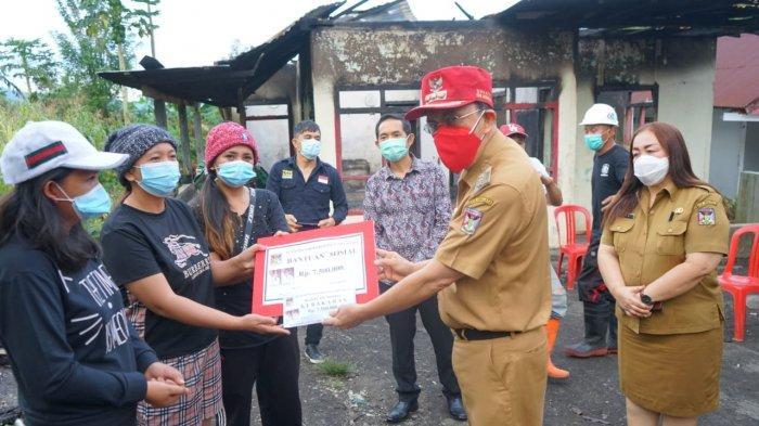 Bupati Roy Roring Serahkan Bantuan Pada Korban Bencana Angin Putting Beliung di Desa Karondoran