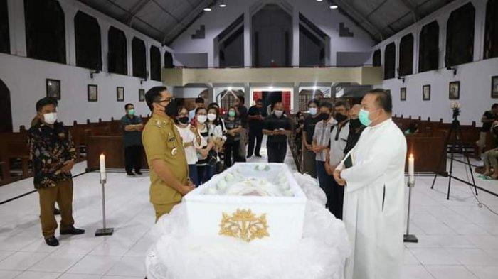Bupati Minahasa Utara Joune Ganda melayat Jenazah Pastor Marcellus Rarun