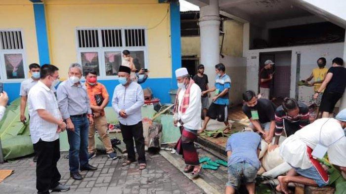 Bupati Minsel Saksikan Pembagian Hewan Kurban Pemberian Presiden Jokowi di Masjid Mussabirin Tumpaan