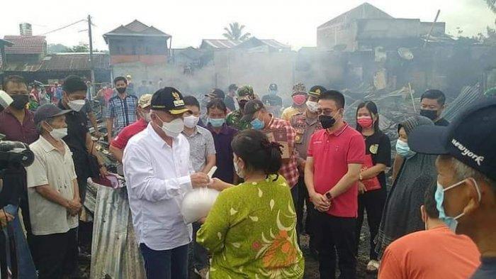 Bupati Minsel Bawa Bantuan untuk Korban Kebakaran di Desa Pinaesaan, Kawasan Pasar Tompasobaru