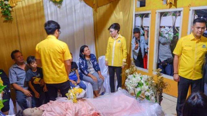 Bupati Minsel Kunjungi Rumah Duka Gladis Leong Wanita yang Melahirkan Sendirian Anak Kembar