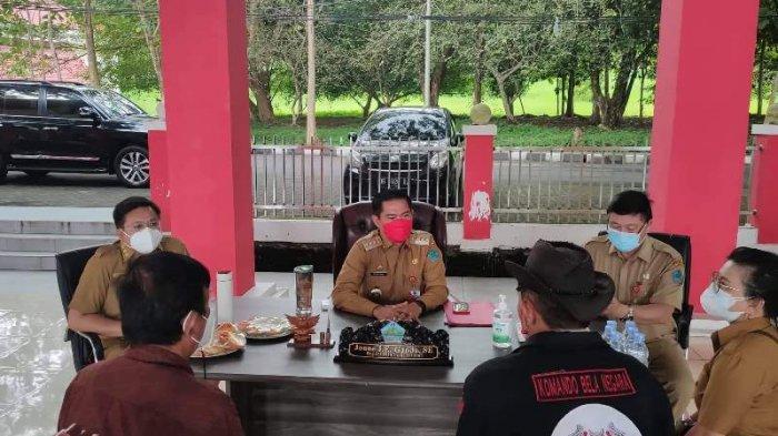 Joune Ganda dan Kevin William Lotulung Seharian Ngantor di Pendopo Pemkab Minut