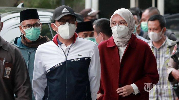 Bupati Probolinggo, Puput Tantriana Sari bersama suaminya yang juga Anggota DPR RI, Hasan Aminuddin tiba di gedung KPK untuk menjalani pemeriksaan di Jakarta, Senin (30/8/2021). Puput Tantriana Sari dan Hasan Aminuddin bersama 8 orang lainnya terjaring operasi tangkap tangan (OTT) KPK terkait kasus jual beli jabatan di Pemkab Probolinggo.