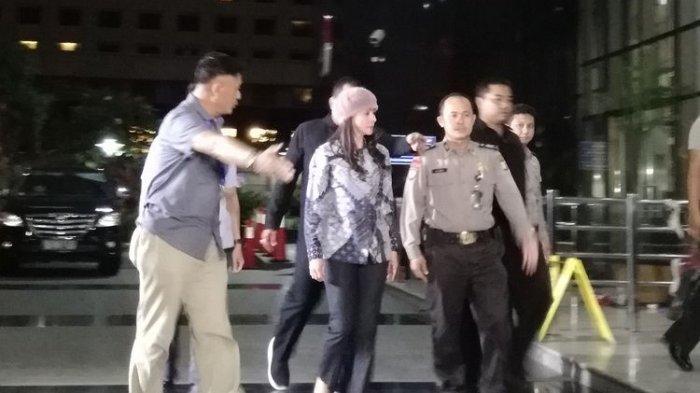 Bupati Talaud Sri Wahyumi Maria Manalip tiba di Gedung Merah Putih KPK, Jakarta, Selasa (30/4/2019) malam. Wahyumi tiba dengan menggunakan mobil tim KPK sekitar pukul 20.17 WIB.