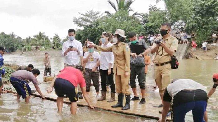 Bupati Yasti Naik Rakit, Kendarai Motor untuk Ketemu Korban Banjir