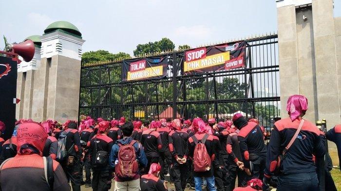 Buruh dari berbagai daerah yang tergabung dalam Konfederasi Serikat Pekerja Indonesia (KSPI) melakukan aksi demonstrasi menolak Omnibus Law RUU Cipta Kerja di depan gedung DPR, Jakarta, Rabu (29/7/2020). (Tribunnews.com/Seno Tri Sulistiyono)