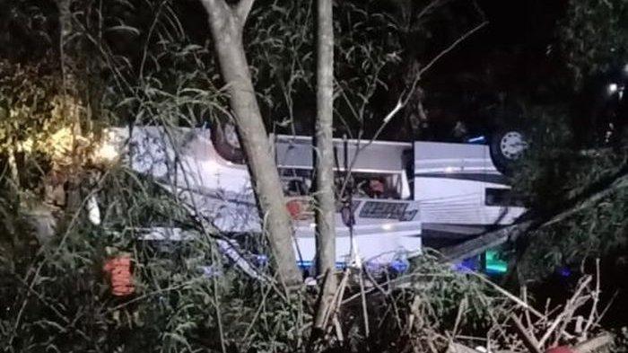 FOTO - Satu bus pariwisata mengalami kecelakaan tunggal di Jalan Raya Wado-Malangbong, Dusun Cilangkap RT 01/06, Desa Sukajadi, Kecamatan Wado, Kabupaten Sumedang, Rabu (10/3/2021) malam